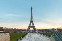 De Toren van Eiffel bij zonsondergang Stock Foto's