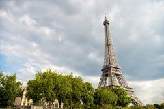 De Toren van Eiffel bij zonsondergang in Parijs, Frankrijk Romantische reisachtergrond Royalty-vrije Stock Foto