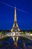De Toren van Eiffel die bij blauw uur wordt verlicht Royalty-vrije Stock Afbeelding