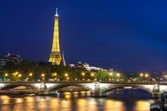 De Toren van Eiffel die bij nacht over de Zegen wordt bekeken Stock Foto