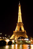 De toren van Eiffel die bij nacht wordt verlicht Royalty-vrije Stock Afbeelding