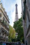 De toren van Eiffel die door bomen, Parijs wordt verborgen stock fotografie
