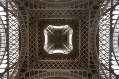 De Toren van Eiffel die van wordt bekeken onderaan Royalty-vrije Stock Foto's