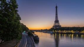 De Toren van Eiffel en de nacht van de Zegenrivier aan dag timelapse, Parijs, Frankrijk stock video