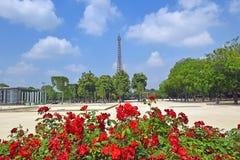 De Toren van Eiffel en rode rozen, Parijs, Frankrijk Stock Afbeeldingen