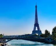 De toren van Eiffel en spoorwegbrug Pont Rouelle, Parijs royalty-vrije stock foto's