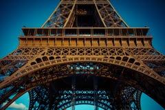De toren van Eiffel in lage hoekmening, tijdens de zomer in Parijs, Frankrijk Stock Foto