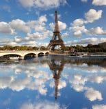 De Toren van Eiffel met brug in Parijs, Frankrijk Stock Afbeeldingen