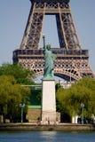 De Toren van Eiffel met Standbeeld van Vrijheid Stock Foto's