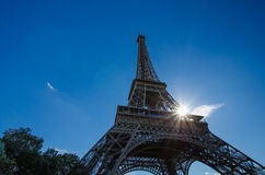 De Toren van Eiffel met zonnestraal Royalty-vrije Stock Foto's