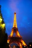 De Toren van Eiffel in nachtlicht Royalty-vrije Stock Afbeeldingen