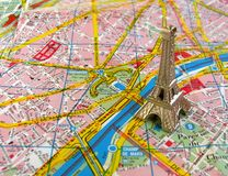 De toren van Eiffel op de kaart van Parijs Royalty-vrije Stock Foto's