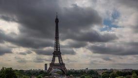 De Toren van Eiffel op een bewolkte dag stock video