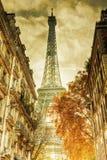 De Toren van Eiffel op oude document textuur Stock Afbeelding