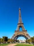 De toren van Eiffel is oriëntatiepunt in Parijs Stock Fotografie