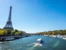 De toren van Eiffel is oriëntatiepunt in Parijs Stock Foto