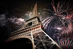 De toren & x28 van Eiffel; Parijs, France& x29; met vuurwerk stock foto