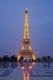 De toren van Eiffel in Parijs met toeristen bij schemer Stock Foto's