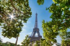 De Toren van Eiffel in Parijs onder Sunny Summer Sky royalty-vrije stock foto's