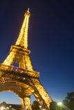 De toren van Eiffel in 's nachts Parijs Stock Afbeelding