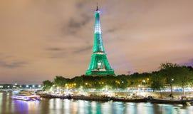 De toren van Eiffel stak omhoog in groene kleur, Parijs, Frankrijk aan Stock Fotografie
