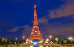 De toren van Eiffel stak omhoog in oranje kleur aan bij nacht, Parijs, Frankrijk Royalty-vrije Stock Fotografie