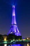 De toren van Eiffel stak omhoog in purpere kleur aan bij nacht, Parijs, Frankrijk Royalty-vrije Stock Foto's