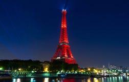 De toren van Eiffel stak omhoog in rode kleur aan bij nacht, Parijs, Frankrijk Stock Foto