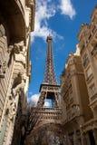 De toren van Eiffel in straat Stock Foto