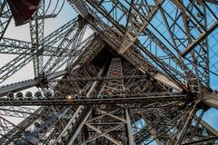 De Toren van Eiffel van binnenuit Stock Fotografie
