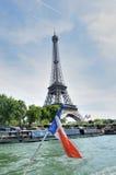 De toren van Eiffel van boot op Zegen met vlag Royalty-vrije Stock Afbeeldingen