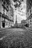 De Toren van Eiffel van de straat in Parijs, Frankrijk wordt gezien dat Rebecca 36 Stock Afbeeldingen