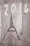 De Toren van Eiffel van houten stokken wordt geschikt die Datum 2016 geschreven op grijze achtergrond Royalty-vrije Stock Foto
