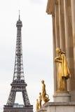 De Toren van Eiffel van Trocadero en de gouden standbeelden Stock Fotografie