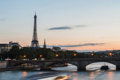 De Toren van Eiffel voor de Bastille-Dag in Parijs - La-de Reis Eiffel àParijs giet le 14 Juillet àParijs Royalty-vrije Stock Fotografie