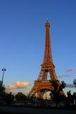 De Toren van Eiffel in zonsondergang Stock Foto