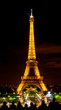 De Toren van Eiffle in licht bij nacht Stock Afbeeldingen