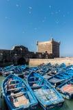De toren van Essaouira met blauwe boten Stock Foto's
