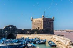 De toren van Essaouira met blauwe boten Royalty-vrije Stock Afbeelding