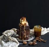 De toren van Fudgybrownies met gezouten karamel, okkernoten Stock Foto's