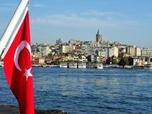 De toren van Galata Galatagebied Mening van boot Istanboel Turkije Stock Afbeeldingen