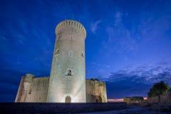 De toren van het Bellverkasteel bij zonsondergang in Majorca, brede hoek Stock Foto