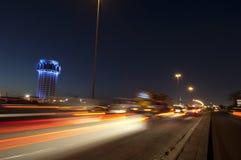 De toren van het Jeddahwater bij nacht, met de motie van autolichten royalty-vrije stock foto