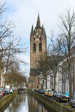 De toren van het kanaal en van de kerk in Delft, Royalty-vrije Stock Foto