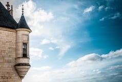 De toren van het kasteel met venster tegen donkerblauwe hemel. Stock Afbeeldingen