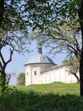 De toren van het klooster in boog van takken Royalty-vrije Stock Afbeeldingen