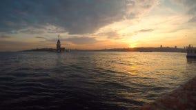 De Toren van het meisje bij Gele Zonsondergang, Istanboel, Turkije stock videobeelden