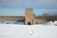De toren van het Nabatnayaalarm van Ivangorod-vesting, bewolkte Maart-ochtend Rusland Royalty-vrije Stock Fotografie