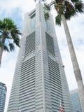 De toren van het Oriëntatiepunt van Yokohama met twee palmen Stock Foto