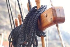 De toren van het schip, kraaiennest, kabels Stock Foto's